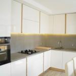 biała kuchnia z betonem